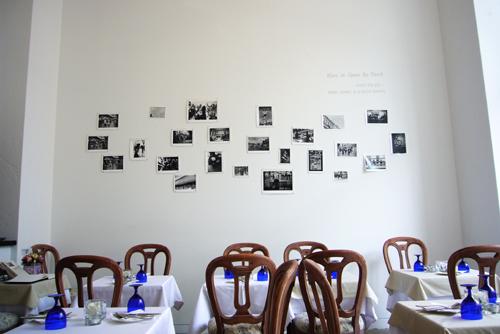 ▲ 벽면의 전시된 사진과 글