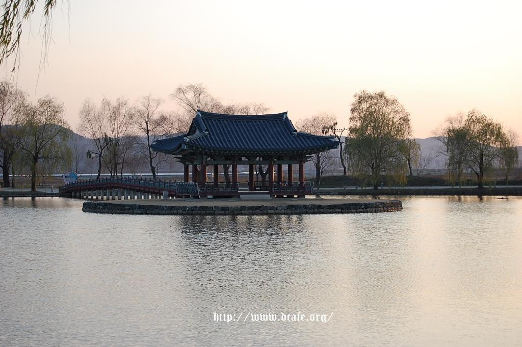 거대한 인공연못의 한 가운데에 만들어진 섬에 세워진 정자