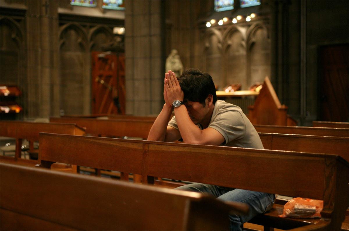 성당에 가서 기도하다 잠든 성남. 밤과 낮.